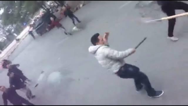 Hà Nội: Hai nhóm thanh niên cầm hung khí, hỗn chiến giữa ban ngày - Ảnh 1.