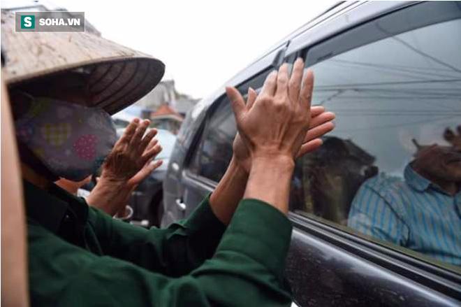 Người dân Đồng Tâm cầm hoa, vỗ tay hoan hô, mừng Chủ tịch Chung về đối thoại - Ảnh 2.