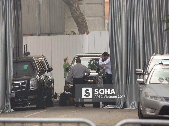 [ẢNH] Cận cảnh đặc vụ Mỹ mang súng tiểu liên ngồi trong xe hộ tống Tổng thống Trump ở Hà Nội - Ảnh 2.
