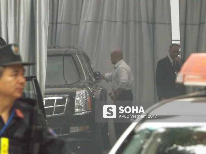 [ẢNH] Cận cảnh đặc vụ Mỹ mang súng tiểu liên ngồi trong xe hộ tống Tổng thống Trump ở Hà Nội - Ảnh 5.