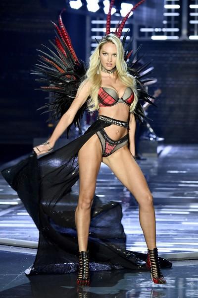 Siêu mẫu Trung Quốc bất ngờ vấp ngã trên sàn diễn Victorias Secret - Ảnh 7.