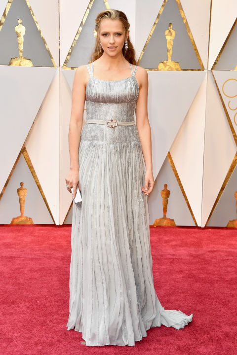 Thảm đỏ Oscar 2017: Mỹ nhân 50 Sắc Thái mờ nhạt dù mặc toàn đồ hiệu - Ảnh 1.