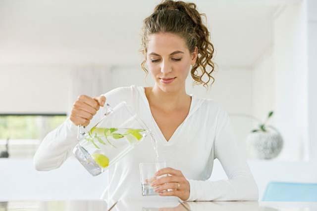 Điều gì sẽ xảy ra khi uống nước chanh ấm vào 7h sáng, 11h30 sáng, 5h30 chiều và 8h tối? - Ảnh 2.