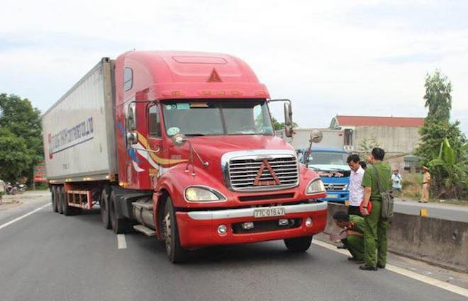 Đồng đội kể lại giây phút CSGT bị tài xế xe container đánh lái hất vào dải phân cách - Ảnh 2.