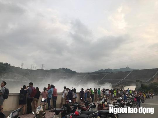 Thủy điện Hòa Bình xả lũ, người dân bất chấp nguy hiểm đứng xem - Ảnh 5.