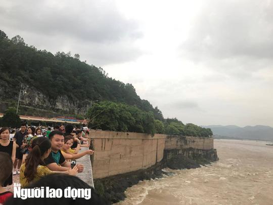 Thủy điện Hòa Bình xả lũ, người dân bất chấp nguy hiểm đứng xem - Ảnh 6.