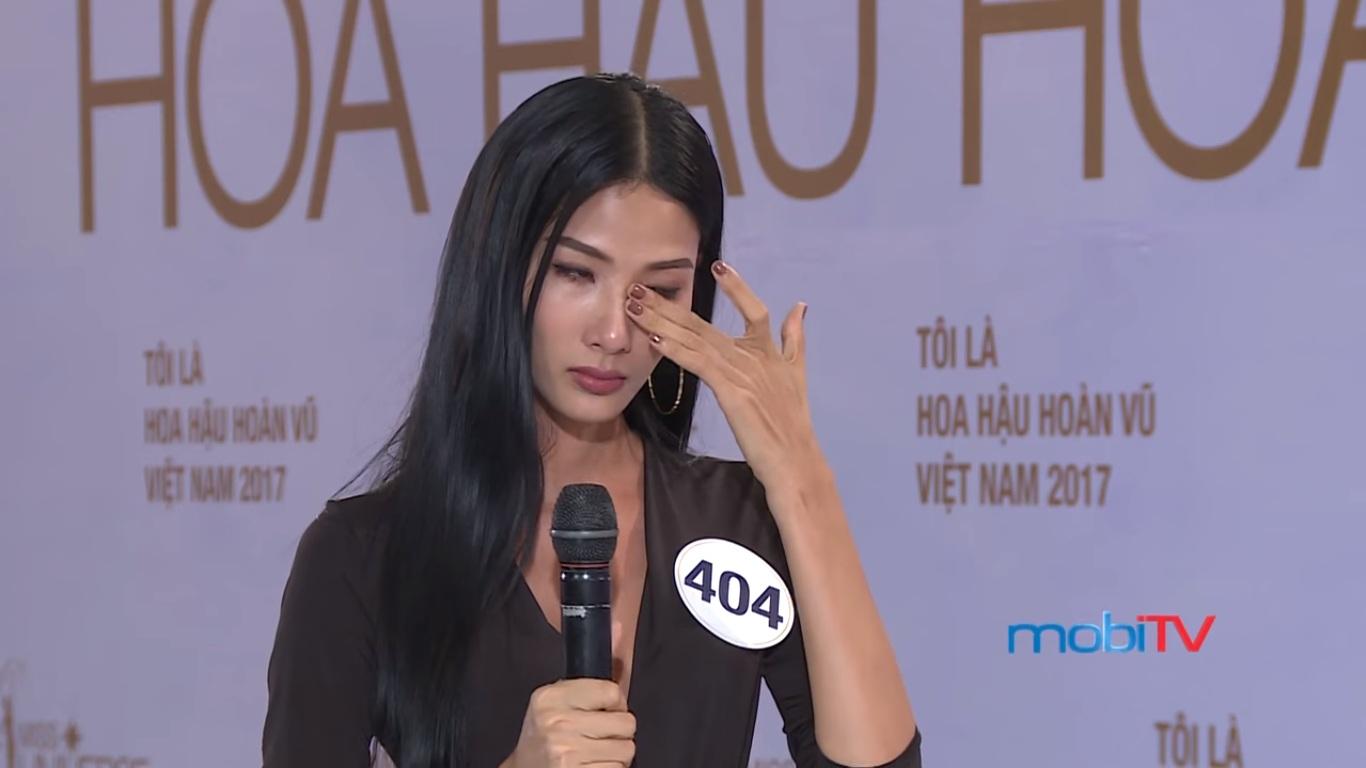 Sao Việt: Hoa hậu Hoàn vũ VN 2017, tập 1: Nhiều trò cười, lố lăng tới mức MC Phan Anh bức xúc
