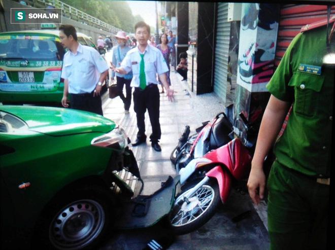 Tài xế taxi tông thẳng xe vào tên cướp trên đường phố Sài Gòn - Ảnh 1.