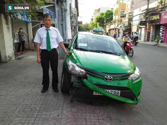 Tài xế taxi tông thẳng xe vào tên cướp trên đường phố Sài Gòn - Ảnh 4.
