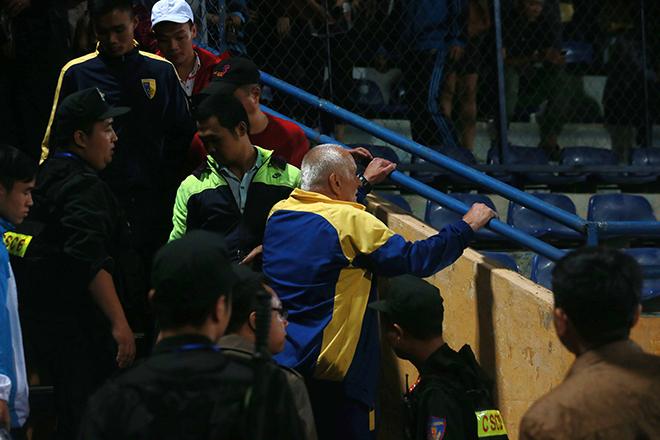 BTC V-League xem xét việc kỷ luật HLV Thanh Hóa vì phản ứng trọng tài - Ảnh 1.