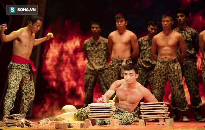 Quốc Thiên mình trần, biểu diễn khí công với chiến sĩ đặc công - Ảnh 8.