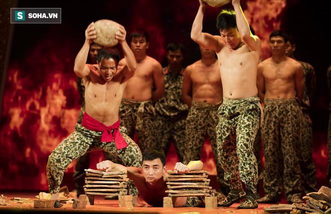 Quốc Thiên mình trần, biểu diễn khí công với chiến sĩ đặc công - Ảnh 9.