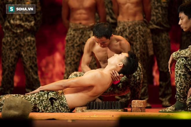 Quốc Thiên mình trần, biểu diễn khí công với chiến sĩ đặc công - Ảnh 10.