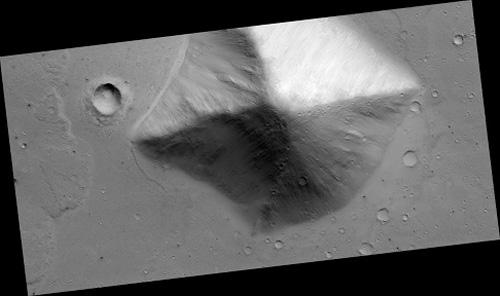 CIA tiết lộ tài liệu mật về bí ẩn của kim tự tháp bị lãng quên trên Sao Hỏa - Ảnh 3.
