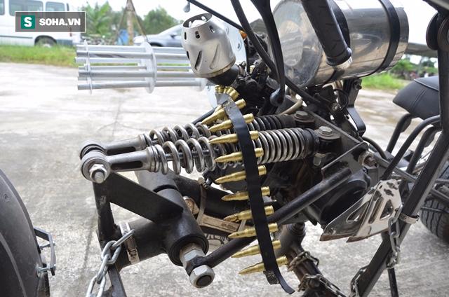 Cận cảnh chiếc mô tô độ cả súng đại liên, băng đạn vừa bị CSGT Đà Nẵng bắt giữ - ảnh 2