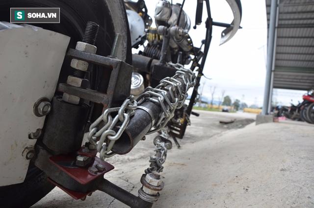 Cận cảnh chiếc mô tô độ cả súng đại liên, băng đạn vừa bị CSGT Đà Nẵng bắt giữ - ảnh 6