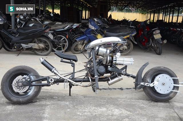 Cận cảnh chiếc mô tô độ cả súng đại liên, băng đạn vừa bị CSGT Đà Nẵng bắt giữ - ảnh 1