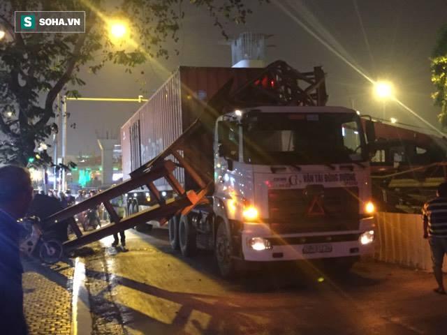 Hà Nội: Xe container húc đổ cổng hạn chế chiều cao, giao thông tê liệt - Ảnh 1.