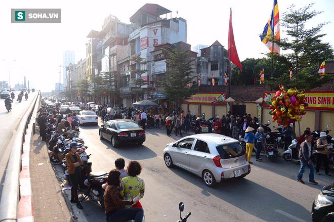 Nhiều tuyến đường Thủ đô đã đông nghẹt chiều mùng 1 Tết - Ảnh 2.