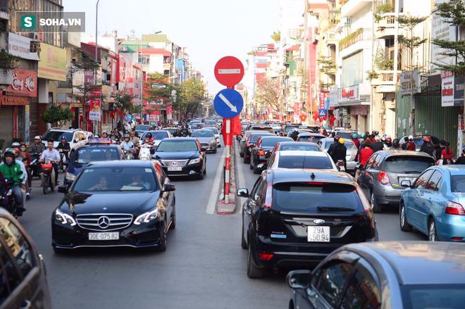 Nhiều tuyến đường Thủ đô đã đông nghẹt chiều mùng 1 Tết - Ảnh 12.