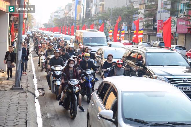 Nhiều tuyến đường Thủ đô đã đông nghẹt chiều mùng 1 Tết - Ảnh 7.