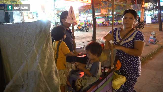 Người phụ nữ 24 tuổi đẻ 5 đứa con, sống bằng nghề nhặt rác, bán vé số giữa Sài Gòn - Ảnh 1.