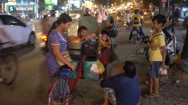 Người phụ nữ 24 tuổi đẻ 5 đứa con, sống bằng nghề nhặt rác, bán vé số giữa Sài Gòn - Ảnh 5.