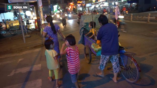 Người phụ nữ 24 tuổi đẻ 5 đứa con, sống bằng nghề nhặt rác, bán vé số giữa Sài Gòn - Ảnh 8.
