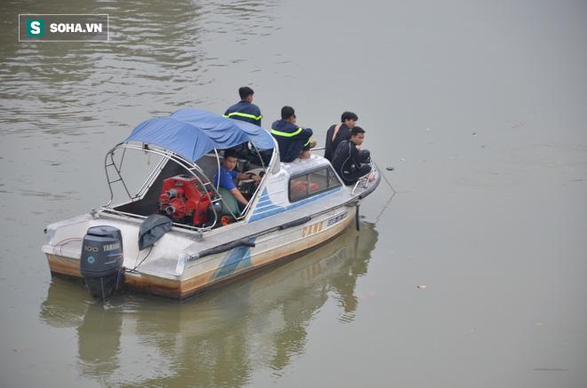 Người nhái lặn tìm bé trai 15 tuổi mất tích trên sông Ông Lớn - Ảnh 1.