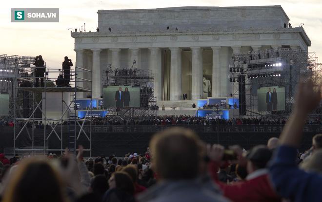 Từ Washington DC: Hàng ngàn người không ngủ ở National Mall chờ tân Tổng thống - Ảnh 2.