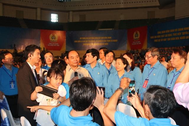 2000 người đồng loạt vỗ tay, nhiều người bật khóc trước việc làm bất ngờ của Thủ tướng 3