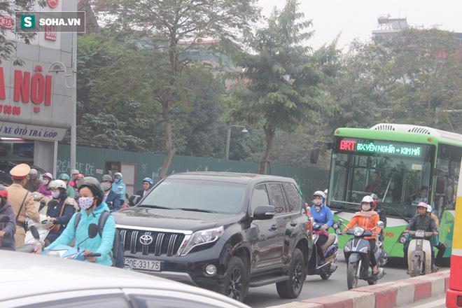 Hàng trăm ôtô nhường đường cho buýt nhanh sau kỳ nghỉ lễ - Ảnh 4.