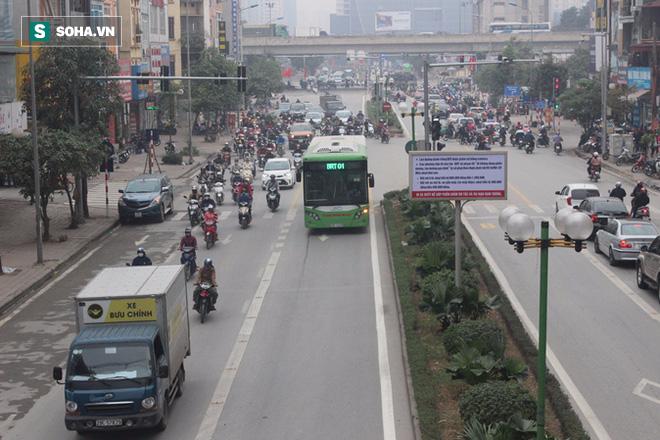 Hàng trăm ôtô nhường đường cho buýt nhanh sau kỳ nghỉ lễ - Ảnh 2.