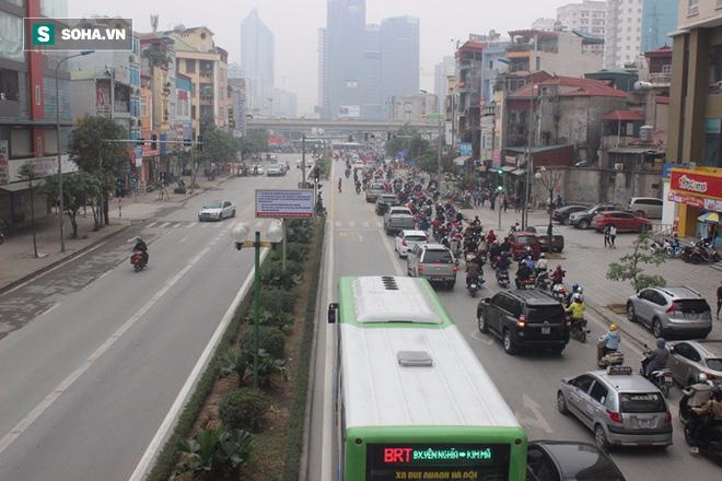 Hàng trăm ôtô nhường đường cho buýt nhanh sau kỳ nghỉ lễ - Ảnh 1.