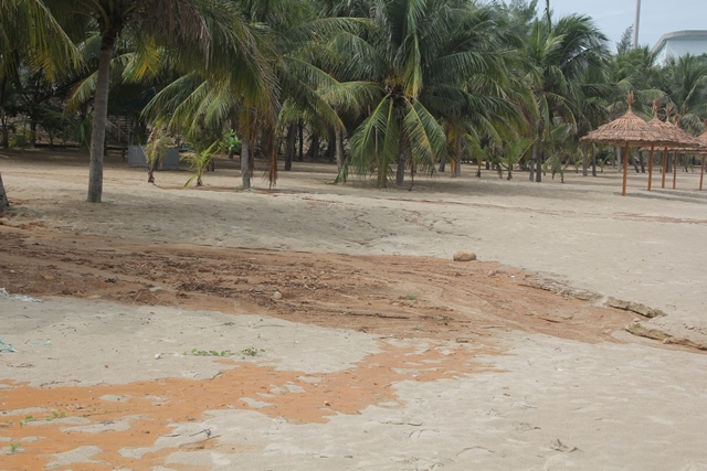 Bùn đất tại dự án biển Tiên Sa tràn xuống biển Đà Nẵng sau mưa lớn - Ảnh 4.