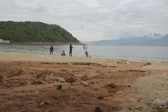Bùn đất tại dự án biển Tiên Sa tràn xuống biển Đà Nẵng sau mưa lớn - Ảnh 1.