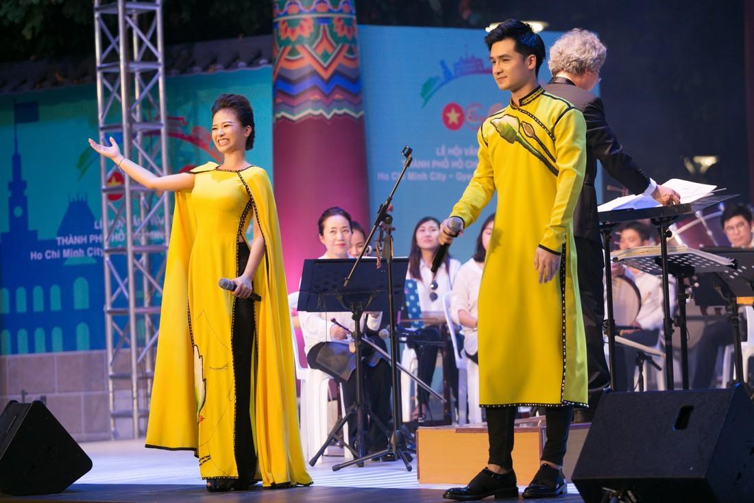 Dương Hoàng Yến - Hà Anh diện áo dài đôi, tiết lộ sẽ làm đám cưới vào năm 2019