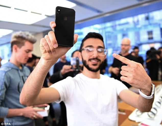 Vỡ trận chờ mua iPhone X toàn thế giới - Ảnh 7.