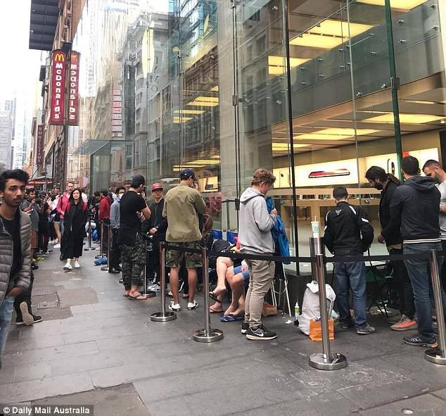 Vỡ trận chờ mua iPhone X toàn thế giới - Ảnh 4.