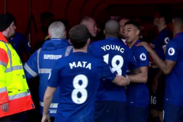 Sau chiến thắng, Jose Mourinho tham gia ẩu đả với đối thủ - Ảnh 1.