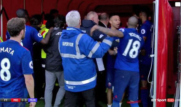 Sau chiến thắng, Jose Mourinho tham gia ẩu đả với đối thủ - Ảnh 2.