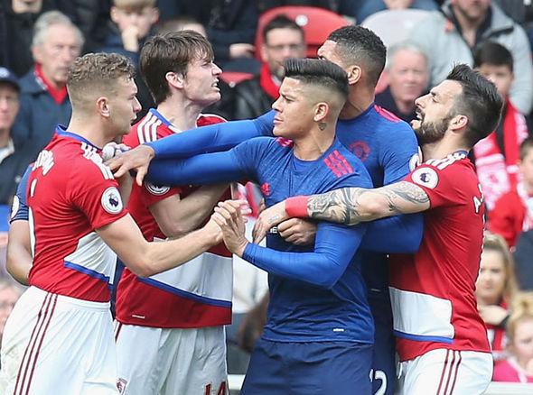 Mourinho hồ hởi với chiến thắng, buông lời khen Victor Valdes - Ảnh 2.