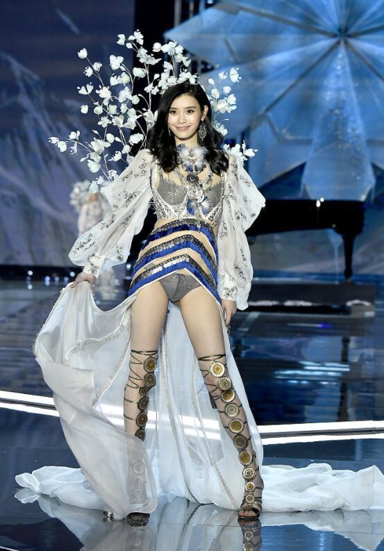 Siêu mẫu Trung Quốc bất ngờ vấp ngã trên sàn diễn Victorias Secret - Ảnh 2.