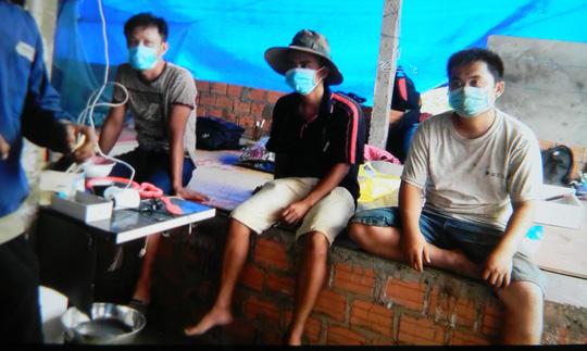 Người dân kéo đến xưởng chế biến cau gây ô nhiễm, 5 công nhân Trung Quốc bỏ chạy vào rừng - Ảnh 1.