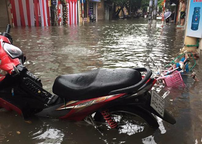Hàng chục tàu cá chìm, đường sắt tê liệt, phố phường Hà Nội ngập sâu trong bão số 2 - Ảnh 2.