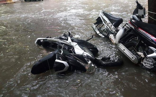 Hàng chục tàu cá chìm, đường sắt tê liệt, phố phường Hà Nội ngập sâu trong bão số 2 - Ảnh 1.