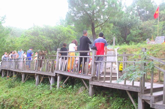 Nhiều người đội mưa đến dâng hương mộ Đại tướng trước ngày 27/7 - Ảnh 16.