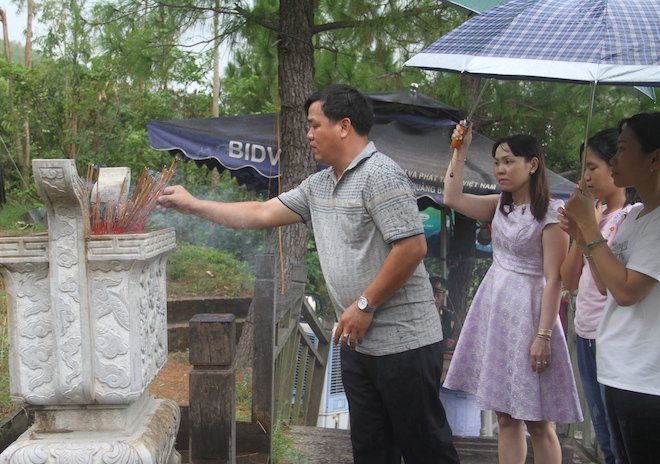 Nhiều người đội mưa đến dâng hương mộ Đại tướng trước ngày 27/7 - Ảnh 14.
