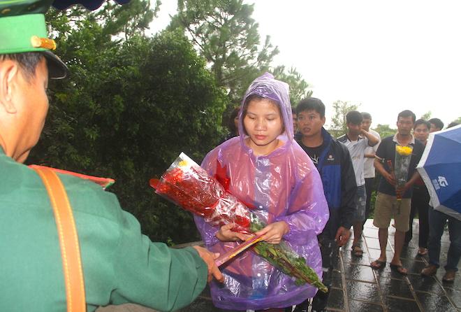 Nhiều người đội mưa đến dâng hương mộ Đại tướng trước ngày 27/7 - Ảnh 13.