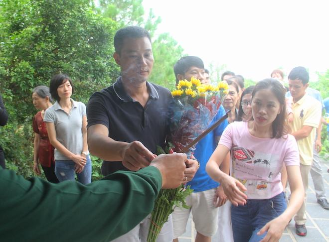 Nhiều người đội mưa đến dâng hương mộ Đại tướng trước ngày 27/7 - Ảnh 3.